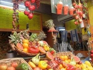 Frutas y salud en el mercadillo de Majané Iehudá en Jerusalén